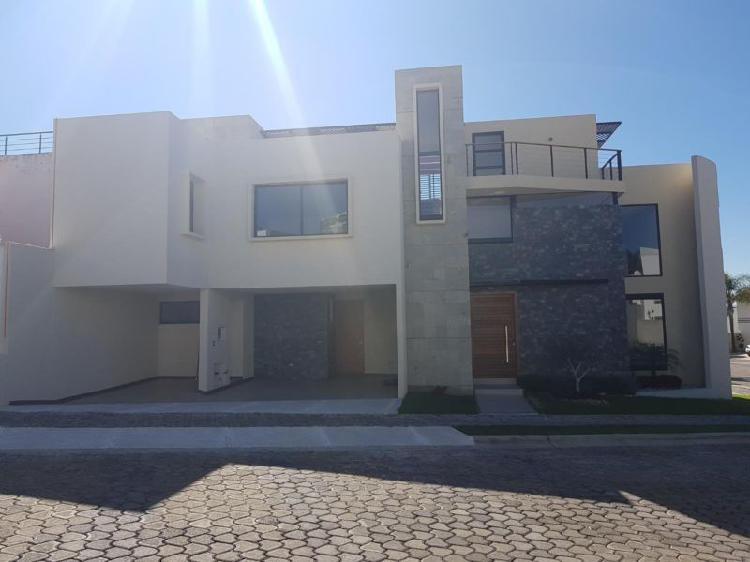 Venta de Casa en Lomas de Angelopolis I en Esquina Acabados