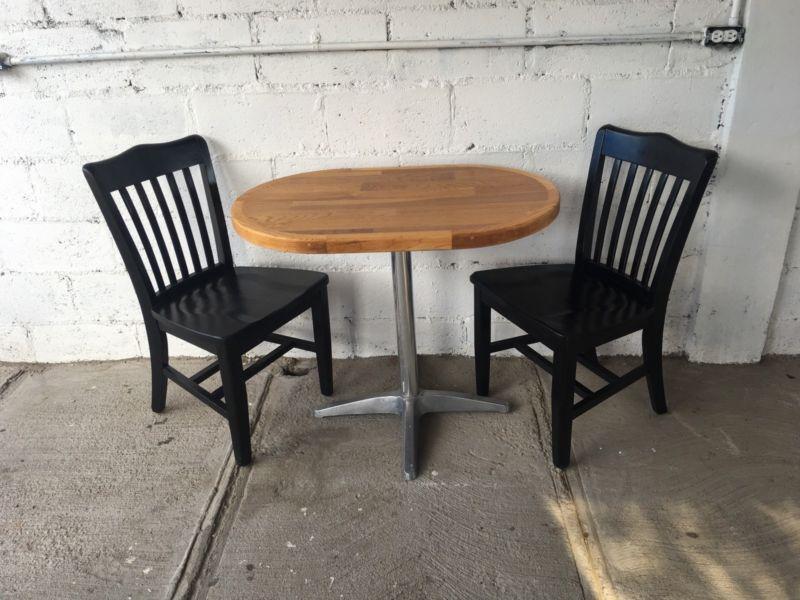 Mesa con dos sillas de pura madera