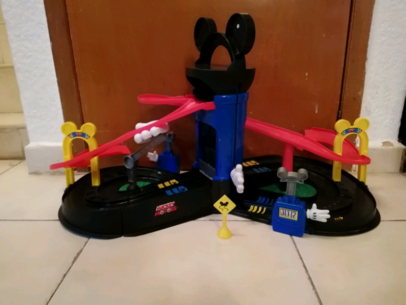 Pista de carreras de mickey mouse y sus amigos