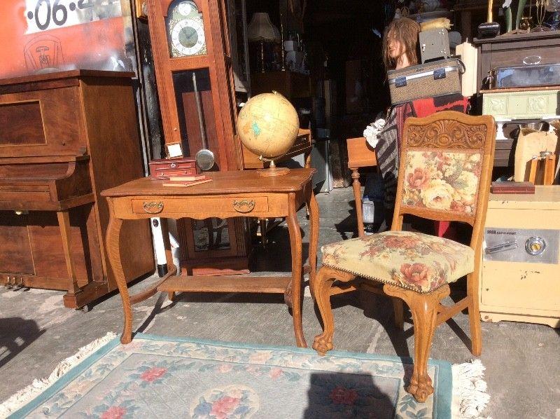Juego de escritorio y silla antiguos