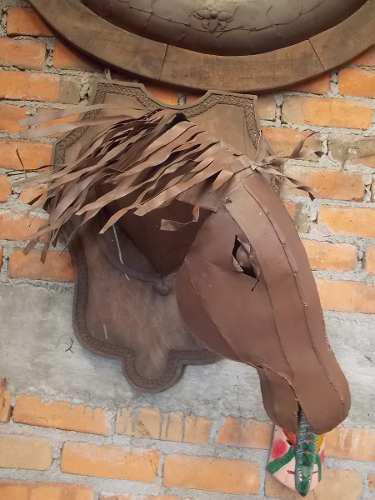 Cabeza De Caballo Con Escudo De Madera. Estilo Antiguo.