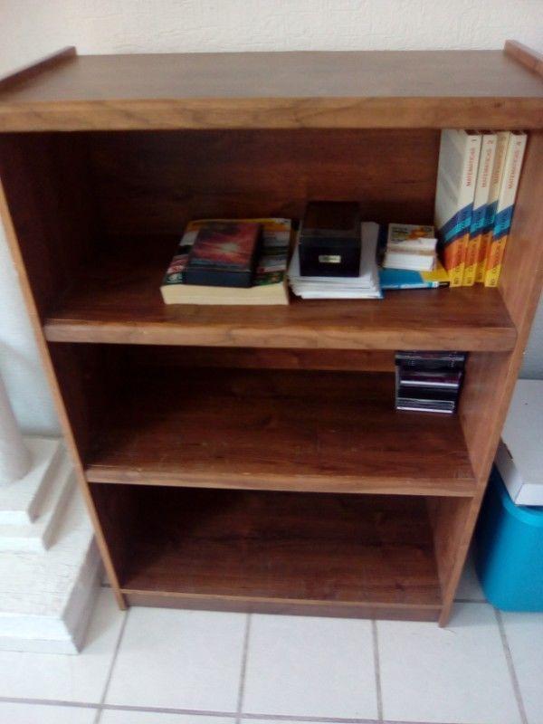 Librero de madera usado