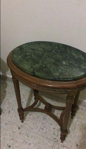 Mesa con mármol y silla
