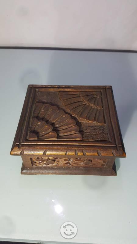 Antigua cajita de madera tallada a mano