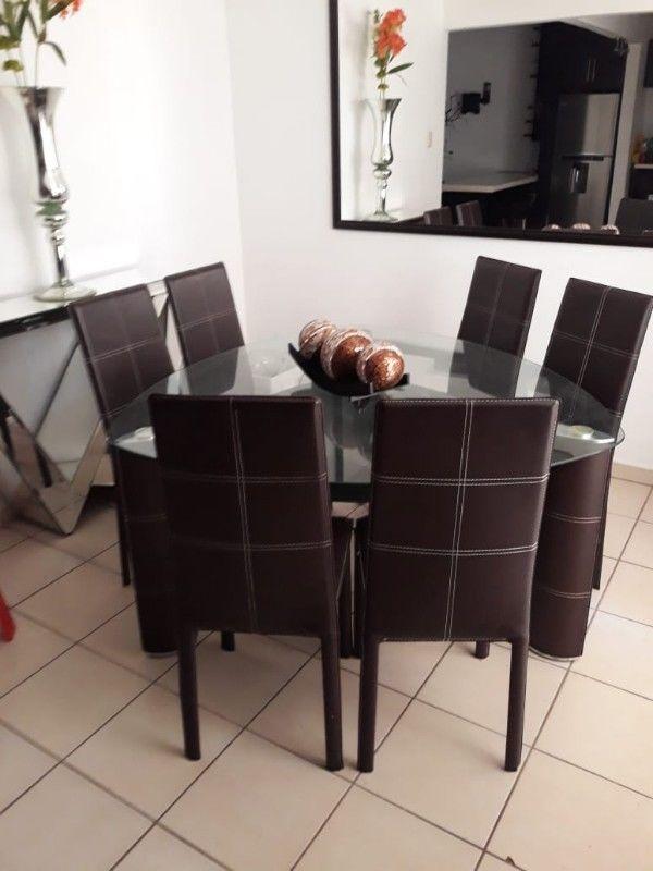Comedor de cristal con 6 sillas, semi nuevo.