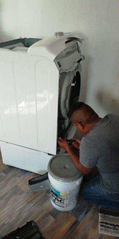Técnico en lavadoras y secadoras de ropa.