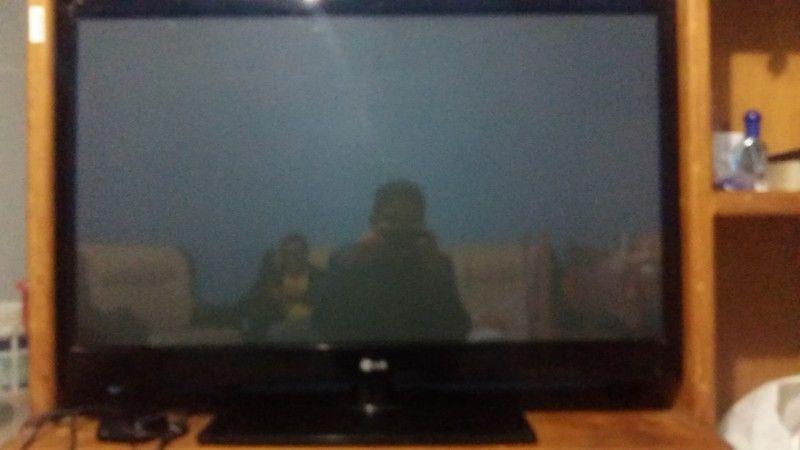 Vendo TV LG pantalla plasma negro 42 pulg con mueble para TV