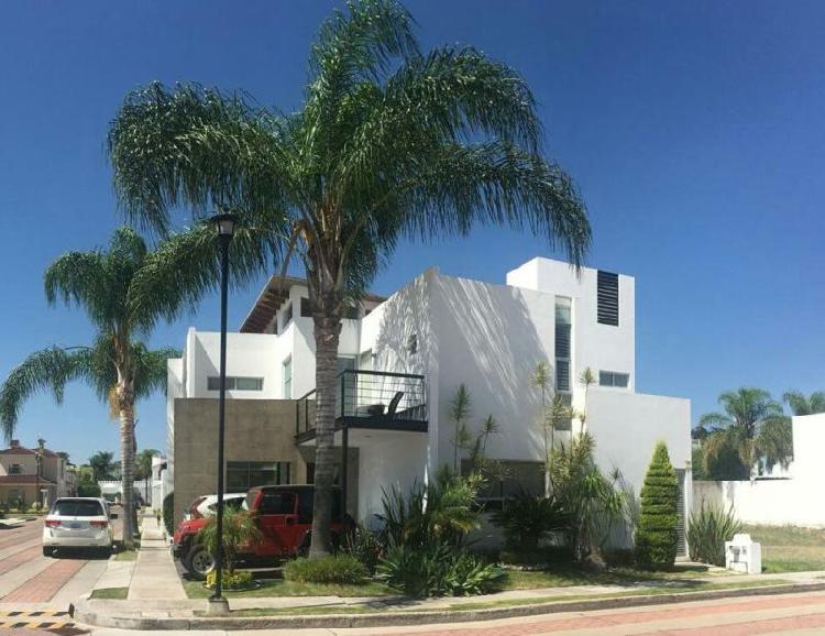 Hermosa casa Riberas del campestre. 3 rec. En esquina.