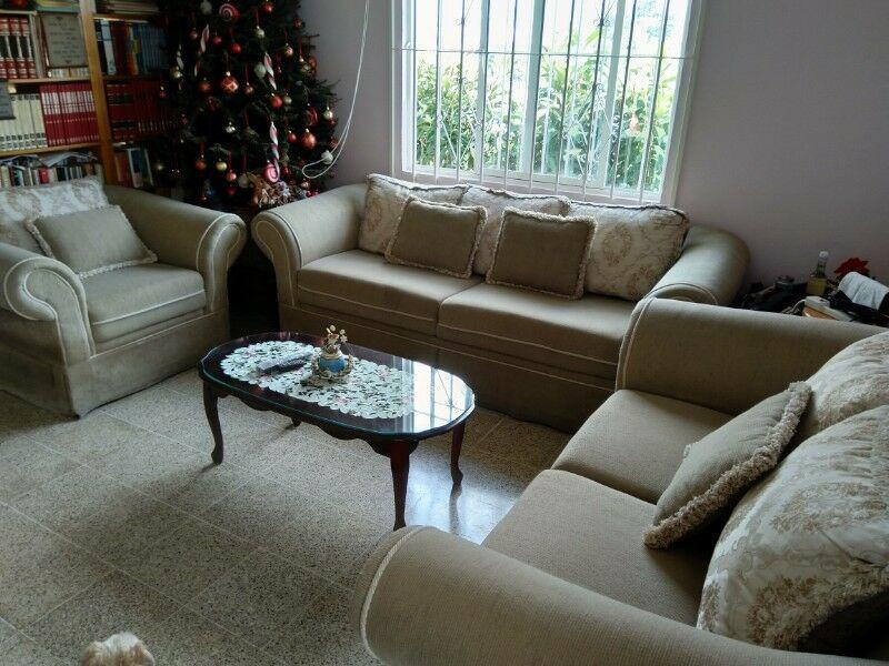 Preciosa y elegante sala 3 piezas color beige