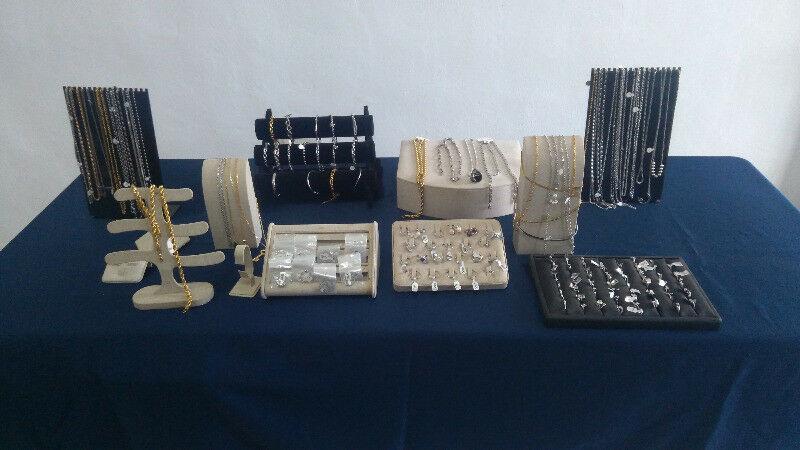 Se remata lote de joyas de acero inoxidable con exhibidores