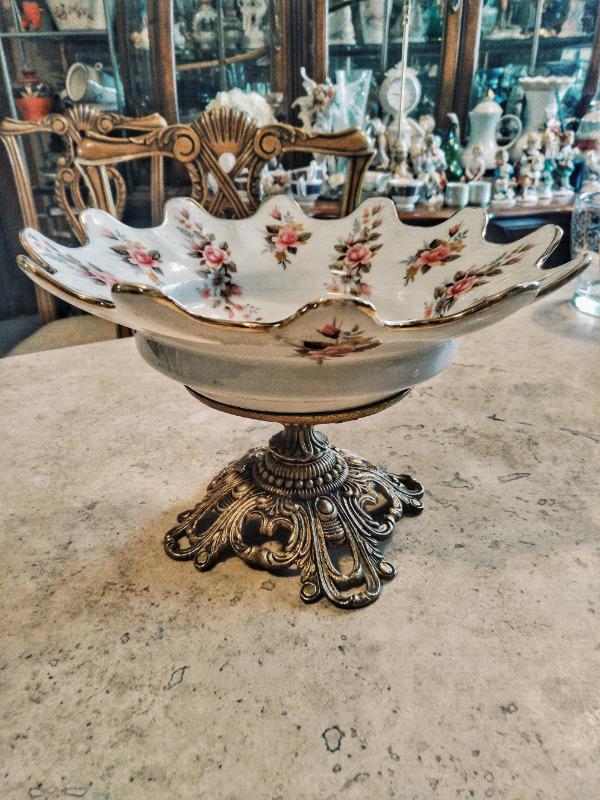 centro de mesa fabricado en bronce y Platón de porcelana