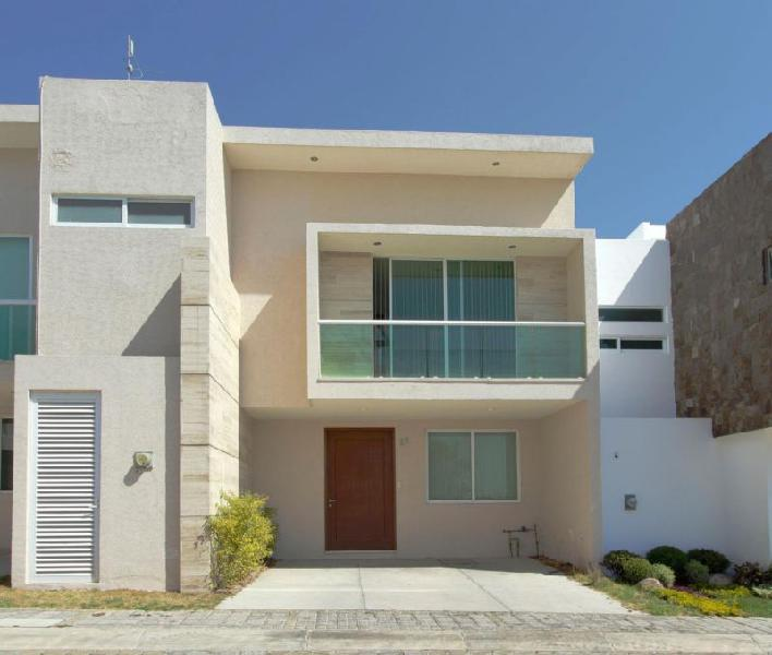 Casa en renta de 4 recámaras y estudio. Parque Lima, Lomas