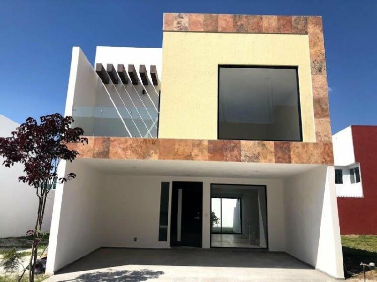 Hermosa Casa en Venta de 3 Niveles con Roof Garden Amplio