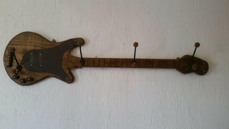 Perchero de madera en forma de guitarra/bajo