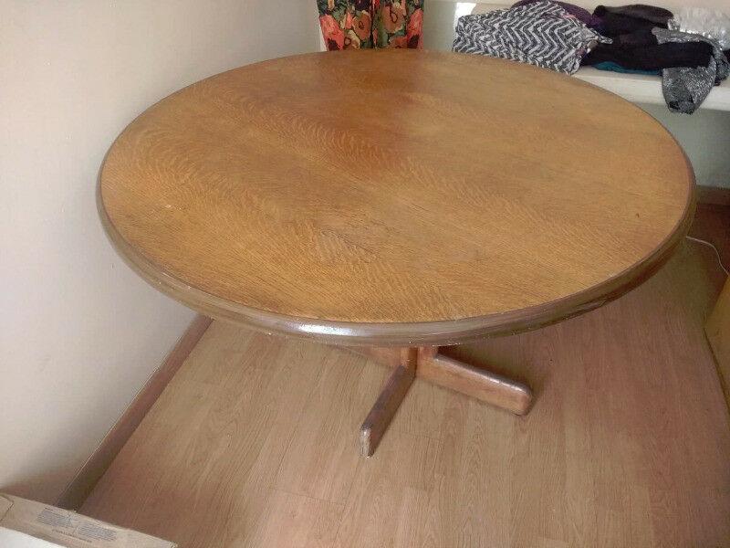 En venta mesa redonda de madera