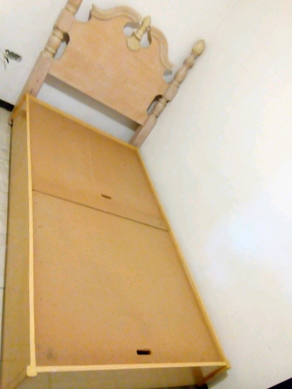 Respaldo y base de madera y colchón individual