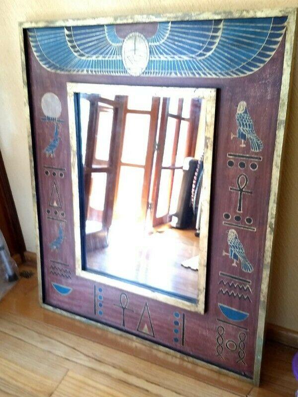 Espejo con marco de madera y motivos egipcios