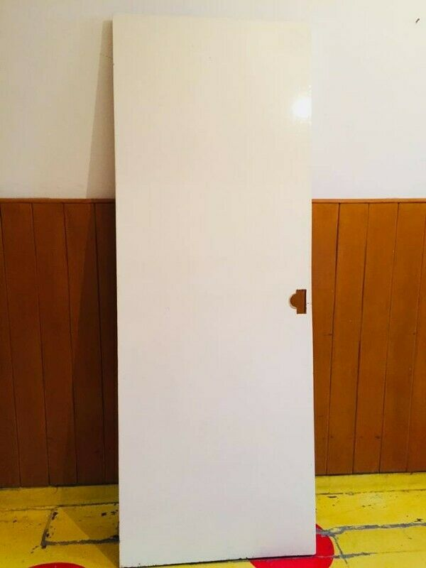 puerta de cedro y tambor
