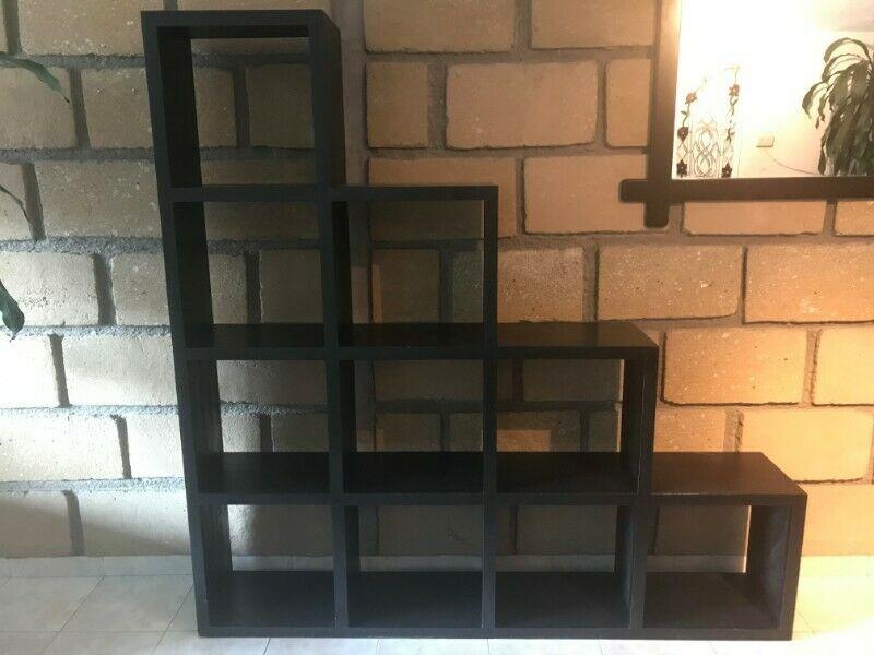 Librero de madera en escalera