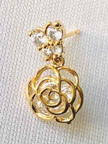 Aretes De Flor Con Mariposa Oro Lam Y Zirconias.