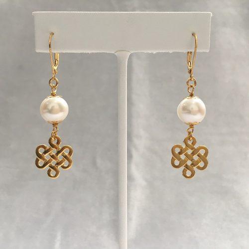 Aretes De Perla Natural Con Dije En Chapa De Oro