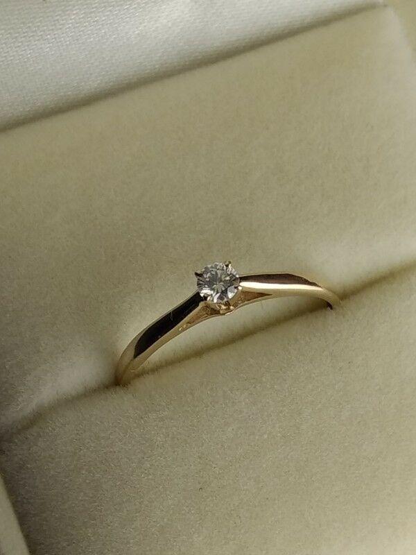 Remato anillo de compromiso solitario con diamante natural