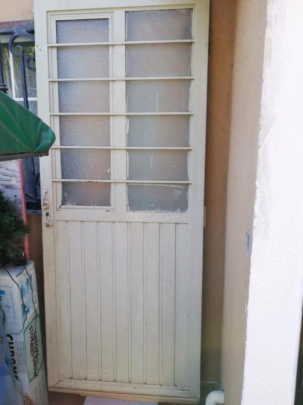 Puerta de fierro con llave