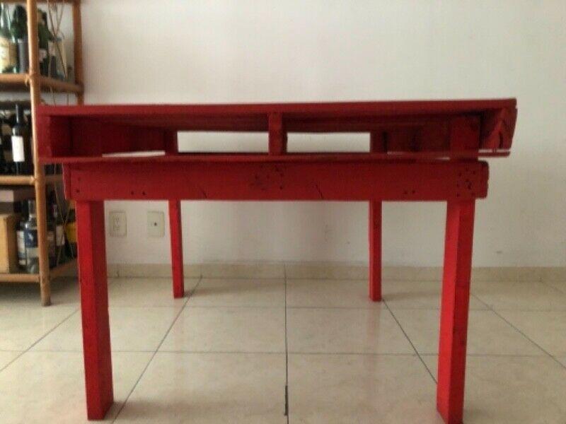 Mesa de madera color rojo