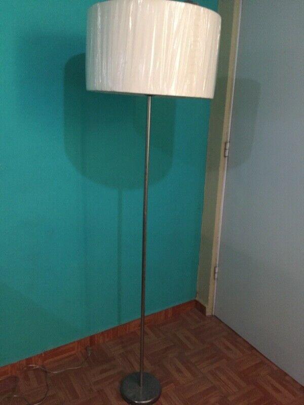 Se vende lámpara de pie minimalista