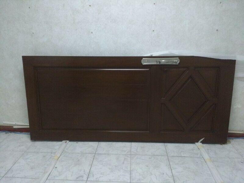 Puerta principal de madera fina