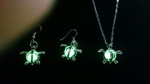 Set Tortuga Collar Aretes Brilla Oscuridad + Caja Con Envío
