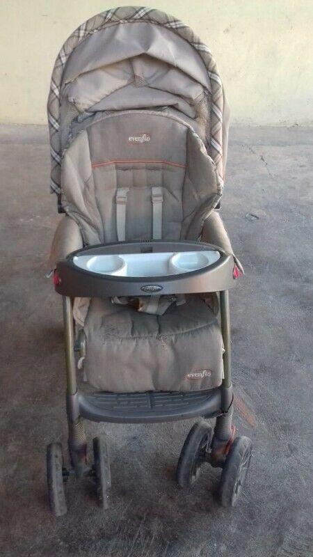 Carreola Evenflo con portabebé y base para auto (medio uso)