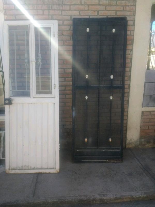 Puerta de fierro y puerta mosquitera