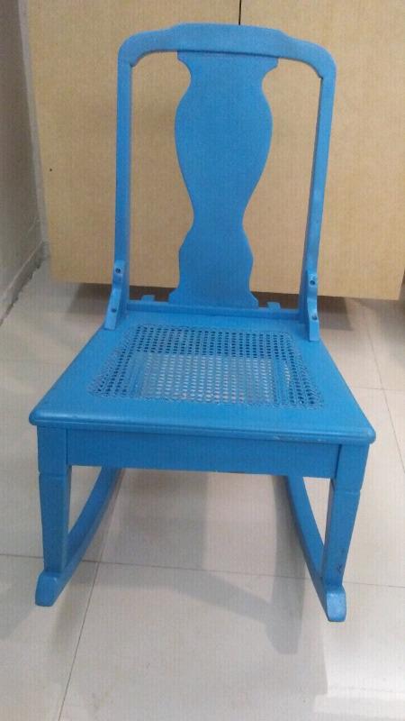 Mecedora en fina madera color azul aqua.