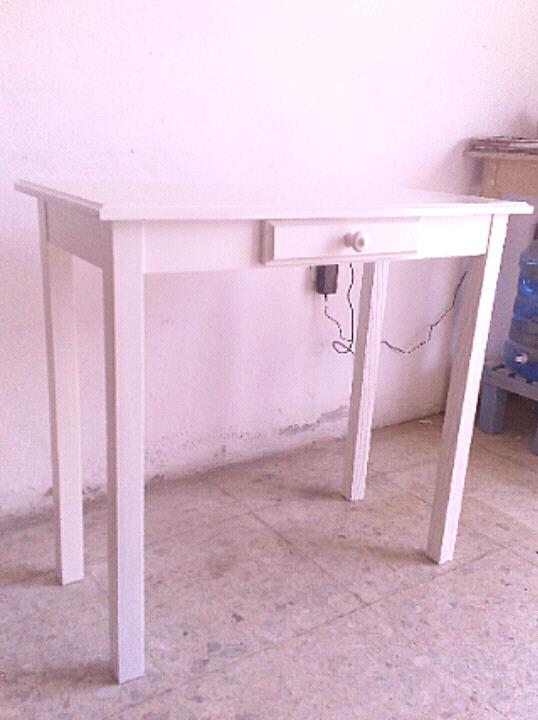 Mesa blanca de madera con cajon