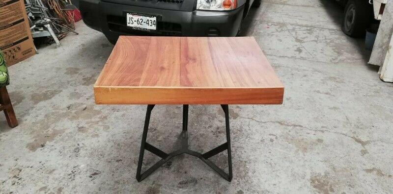 Mesa de madera base metal 70x90cm. X75 cm. Alt.