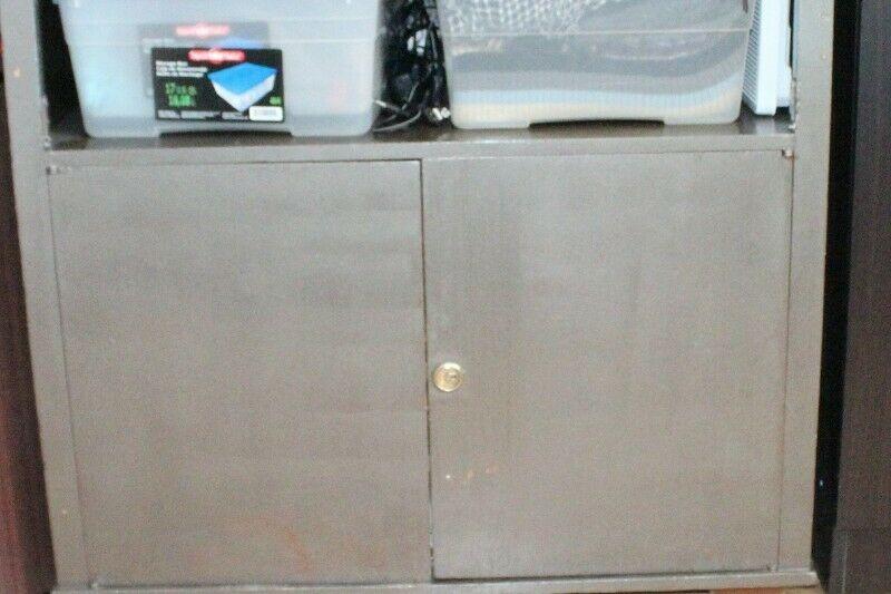 Mueble de madera con llave