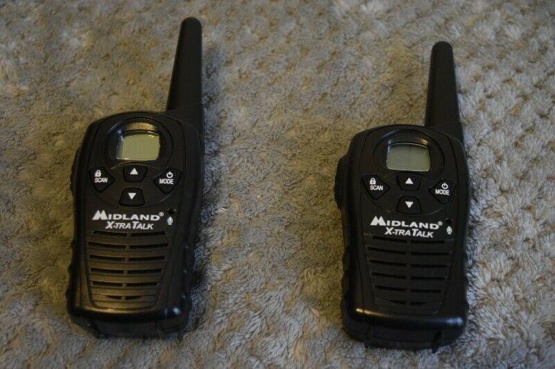 Radios Midland (par) con baterías recargables y cargador,