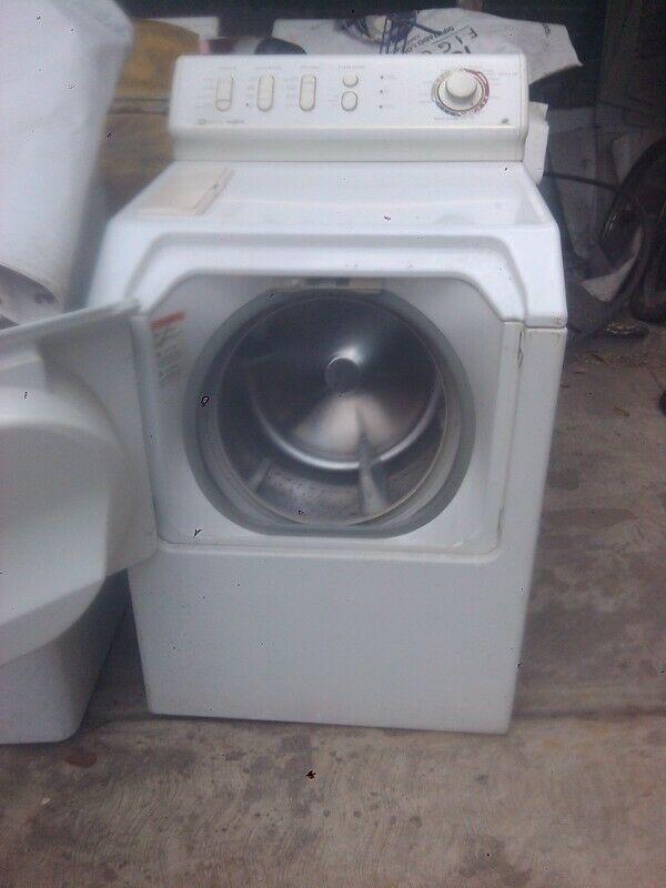 Lavadora blanca de marca MAYTAG en excelentes condiciones
