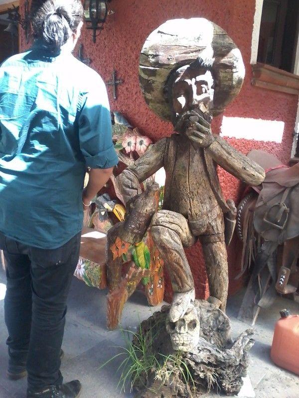 Escultura Antigua Tallada en Madera La Vida No Vale Nada