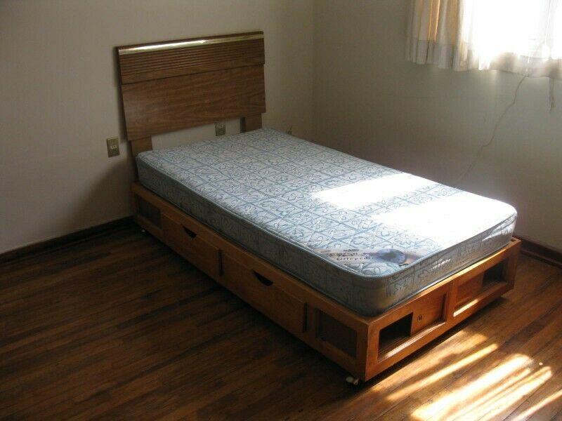 Base de cama individual de madera de pino con cuatro