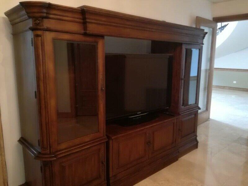 Fino mueble de madera, para sala de entretenimiento.