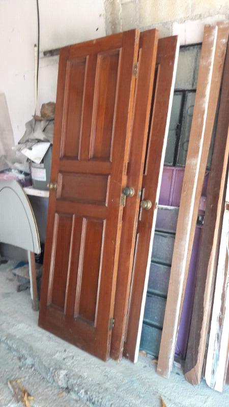 Puertas de caoba con cerraduras y marco.