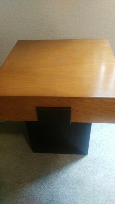 Mesas de centro y lateral de madera fina.