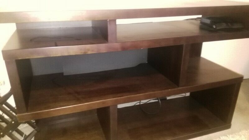 Mueble base TV de madera y acabados finos, color chocolate.