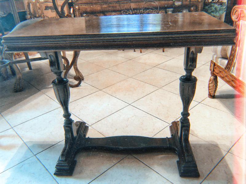 Mesa colonial fabricada en caoba con patas torneadas