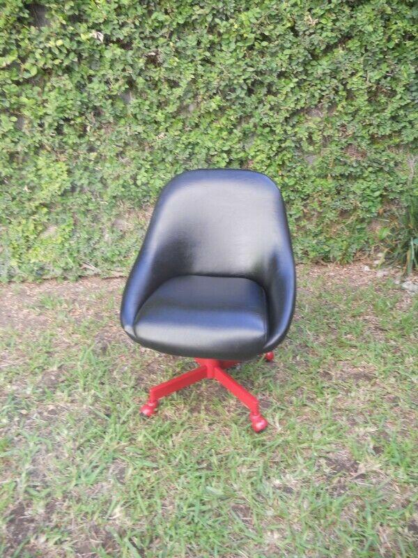 silla vinipiel negro y rojo giratoria y niveles de altura
