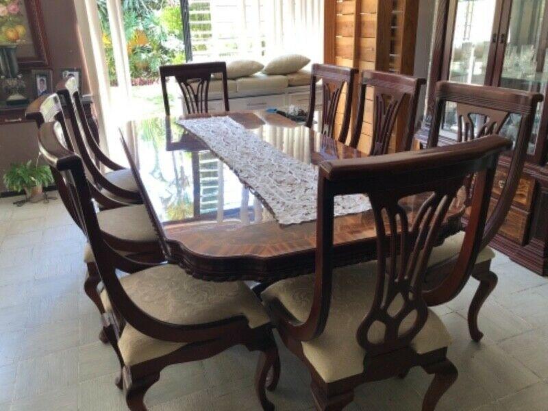 Comedor 8 sillas, vitrina y vidrio biselado (no incluye lo