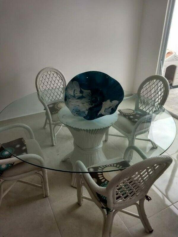 Comedor de Rattan y mesa de vidrio