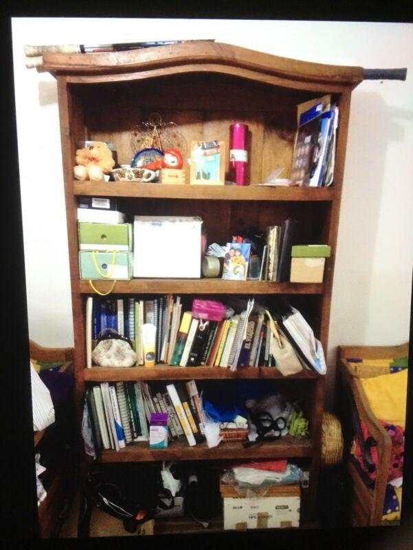 Librero de madera en buenas condiciones